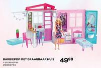 Aanbiedingen Barbiepop met draagbaar huis - Mattel - Geldig van 22/10/2021 tot 07/12/2021 bij Supra Bazar